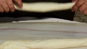 Mains de Baker faisant le pain banque de vidéos