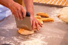 Mains de Baker préparant des biscuits Photos libres de droits