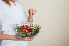 mains de belle femme tenant le grand bol de salade fraîche de veggie Photos libres de droits