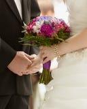 Mains de bouquet de mariée et de marié Image stock