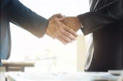 Mains de CEO d'affaires secouant tandis que foyer choisi par réunion sur des mains photographie stock libre de droits
