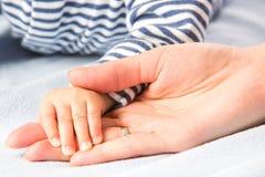 Mains de chéri et de mères Photo libre de droits