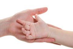 Mains de chéri et de mères d'isolement sur le blanc Images stock