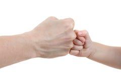 Mains de chéri et de mères d'isolement sur le blanc Photographie stock libre de droits