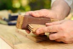 Mains de charpentier au travail avec du bois Photos libres de droits