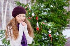 Mains de chauffage de femme dehors en hiver photos stock