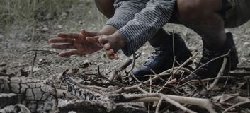 Mains de chauffage par les cendres de feu de camp Photos libres de droits