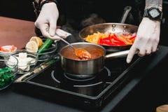 Mains de chef faisant les fajitas ou les fajitos frais sains avec du boeuf Facile, mais savoureux, sain Nourriture mexicaine nati Photos stock