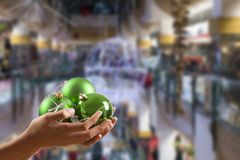 Mains de Childs avec des boules et Noël Photos libres de droits