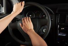 Mains de conducteur utilisant le klaxon Images libres de droits