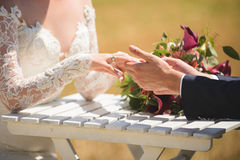 Mains de couples au Tableau avec le bouquet Photo stock