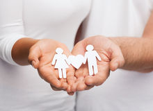Mains de couples avec les couples de papier Image stock