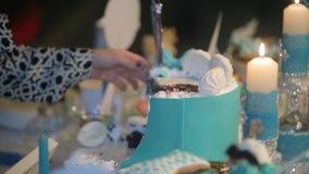 Mains de coupure de mariée et de marié d'une part d'un gâteau de mariage Coupez le gâteau de mariage les gens ont coupé et ont mi Photographie stock