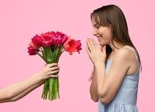 Mains de culture donnant des fleurs pour enfanter photographie stock