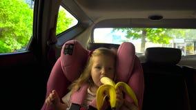 Mains de culture donnant la banane à la fille clips vidéos