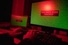 Mains de culture entaillant l'ordinateur images libres de droits