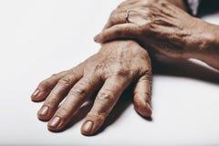 Mains de dame âgée Images libres de droits
