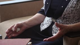 Mains de dame âgée banque de vidéos