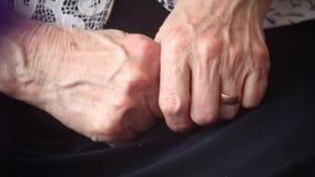 Mains de dame âgée clips vidéos