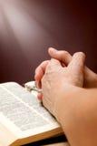 Mains de dame âgée avec la bible sur la table Photo libre de droits