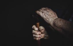 Mains de dame âgée avec une canne Photographie stock
