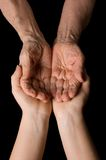 Mains de dame âgée sur le noir Photographie stock libre de droits