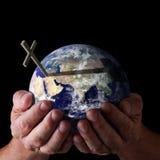 Mains de dieux de Pâques retenant le monde avec la croix Image libre de droits
