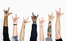 Mains de diversité faisant des gestes le signe d'amour Images stock