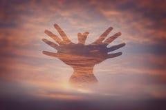 Mains de double exposition avec le ciel Photos stock