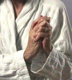 Mains de extorsion de femme en douleur Photos stock