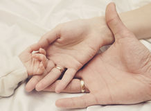Mains de famille heureuse