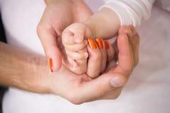 Mains de famille de père, de mère et d'enfant ensemble Photo stock