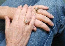 Mains de femme aînée Image stock