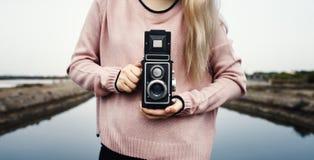 Mains de femme adulte tenant l'appareil-photo classique Image libre de droits