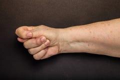 Mains de femme agée sur le fond noir toned image libre de droits