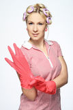 Mains de femme au foyer avec des gants sur le blanc Images stock