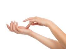 Mains de femme avec des ongles manucurés image stock