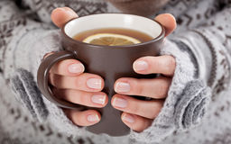Mains de femme avec la boisson chaude image libre de droits