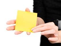 Mains de femme avec la silhouette brouillée tenant le bâton de note photos stock