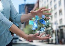 mains de femme avec la terre avec des icônes d'application entre Elle est dans la rue Image stock