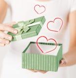 Mains de femme avec le boîte-cadeau Photos stock