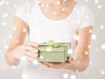 Mains de femme avec le boîte-cadeau Images stock