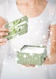 Mains de femme avec le boîte-cadeau Photographie stock libre de droits
