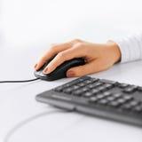 Mains de femme avec le clavier et la souris Photographie stock libre de droits