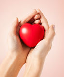 Mains de femme avec le coeur Photographie stock libre de droits