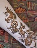 Mains de femme avec le tatouage de mehndi Photos stock