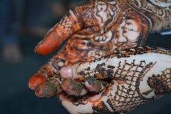 Mains de femme avec le tatouage de mehndi Images stock