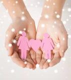 Mains de femme avec les femmes de papier Photo stock