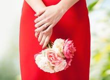 Mains de femme avec les fleurs et l'anneau Images stock