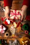 Mains de femme décorant des cadeaux et des décorations de Noël Photo libre de droits